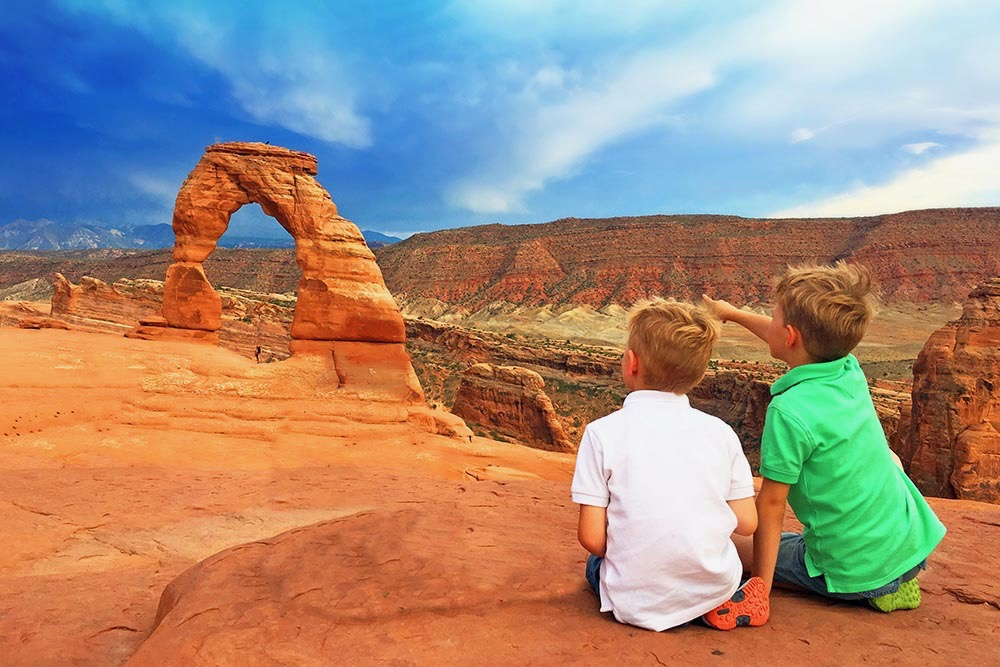 Hiking to Delicate Arch, USA with kids - Full Suitcase